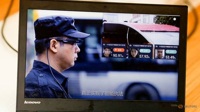 llvision-facial-recognition-smart-glasses